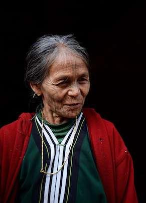 femme au visage tatoué, birmanie