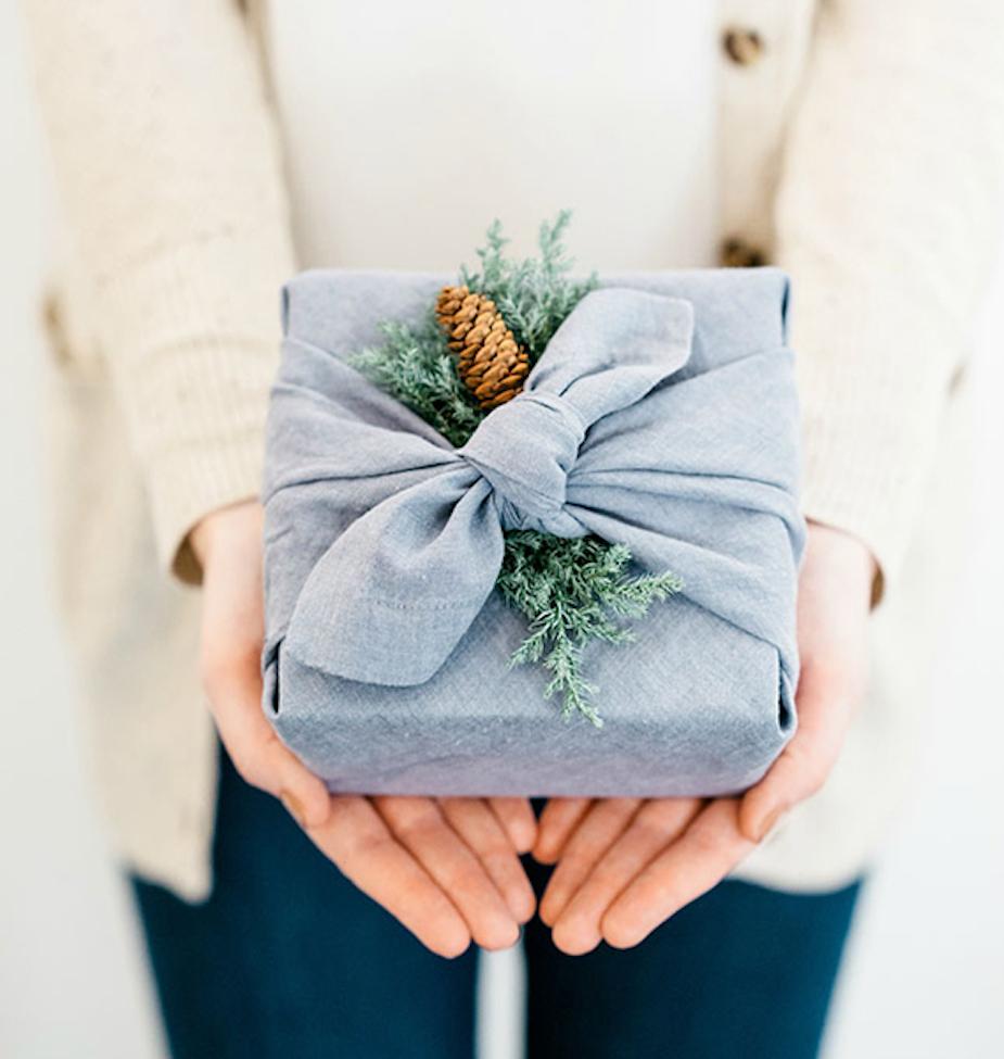 Cadeau emballé dans un tissu